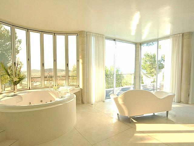 Fantástico baño completo con bañera y vistas al exterior