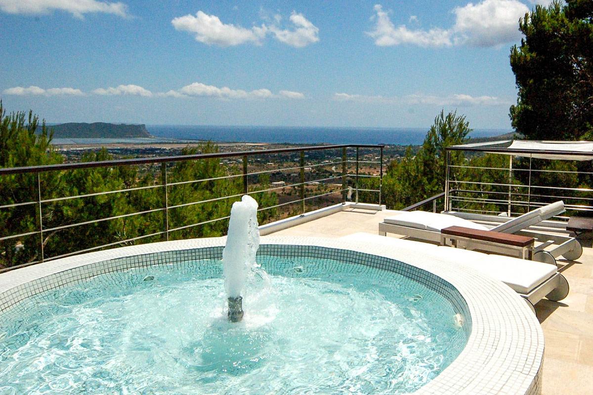 Bonita fuente en la terraza con muy buenas vistas al mar