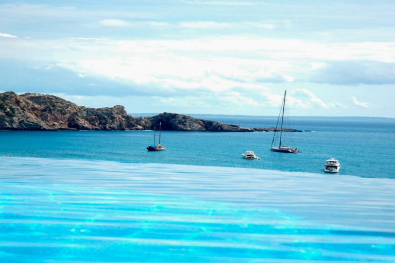 """Espléndidas vistas de la piscina """"infinity pool"""" y la playa de Cala Jondal"""