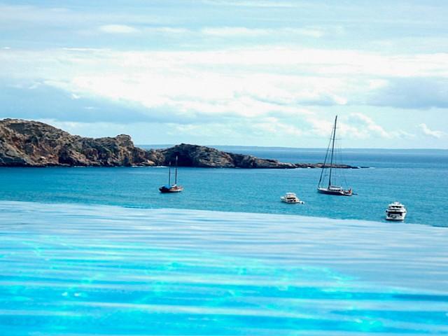"""Esplèndides vistes de la piscina """"infinity pool"""" i de la platja de Cala Jondal"""