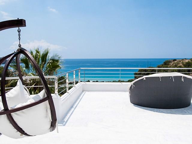 Terrassa solejada amb excel.lents vistes al mar
