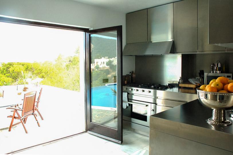 Cuina moderna amb accés a la terrassa solejada