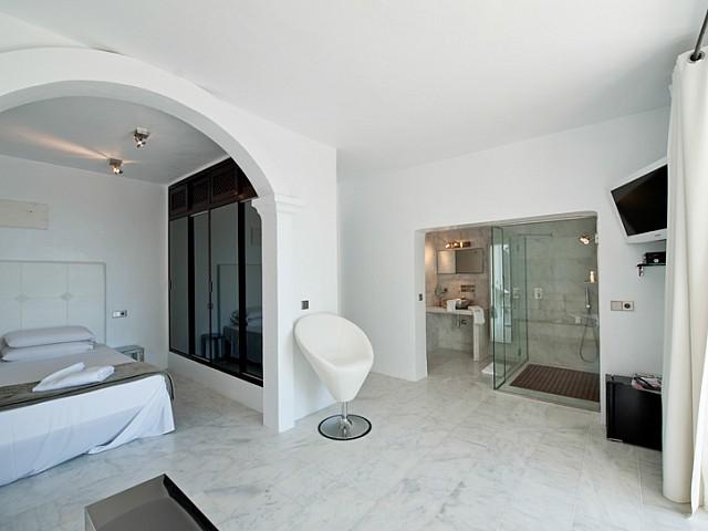 Шикарная гостиная виллы в аренду в Кала Жондаль