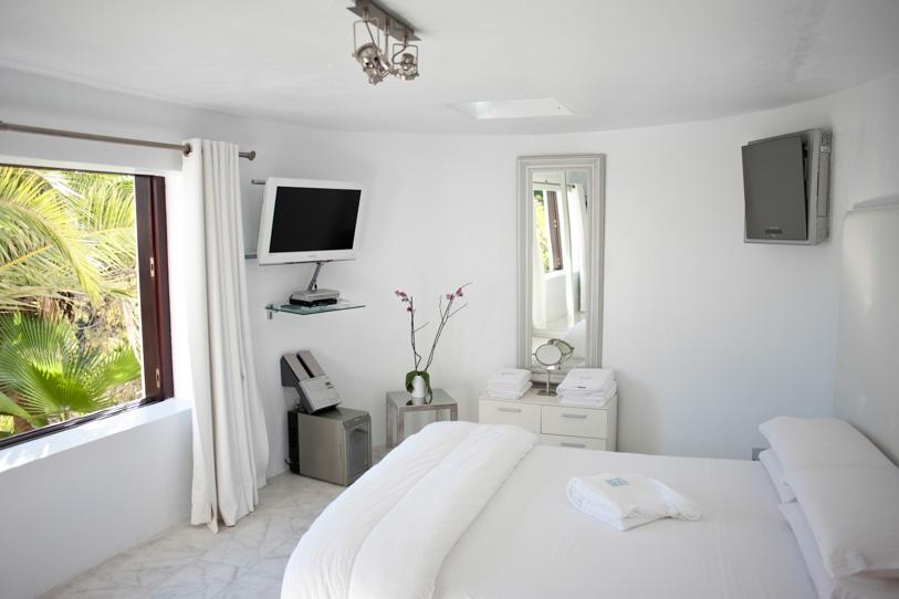 Dormitorio soleado con TV de pantalla plana