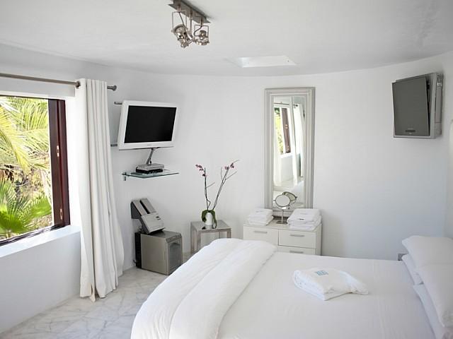 Dormitori solejat amb TV de pantalla plana