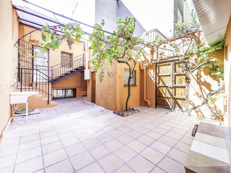Oi Realtor эксклюзивно представляет этот замечательный полуреставрированный дом рядом с центром Вилассар-де-Дальт с возможностью строительства до трех отдельных домов.