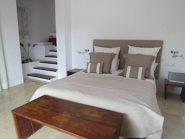 Солнечная спальня виллы в аренду в Кала Жондаль