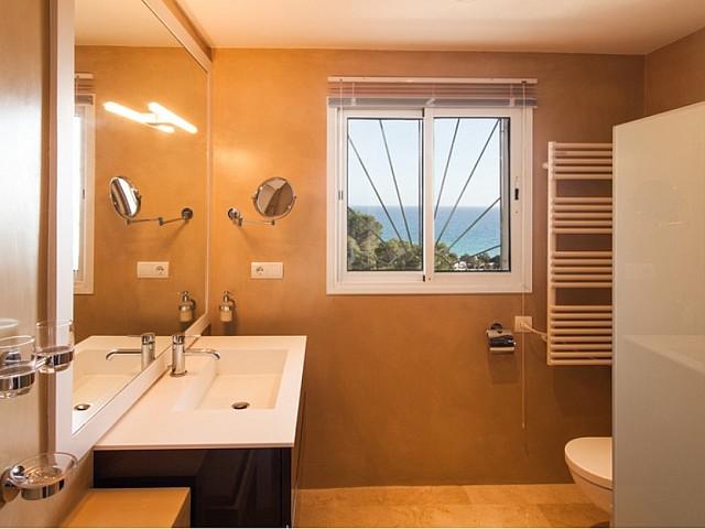 Ванная комната виллы в аренду в Кала Жондаль