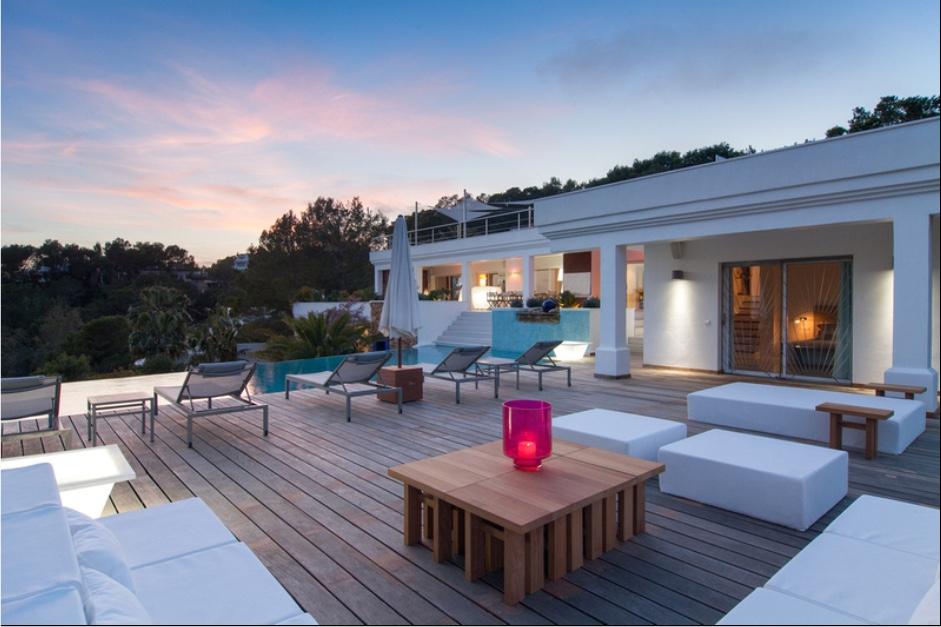 Terraza con zona de relax junto a la piscina