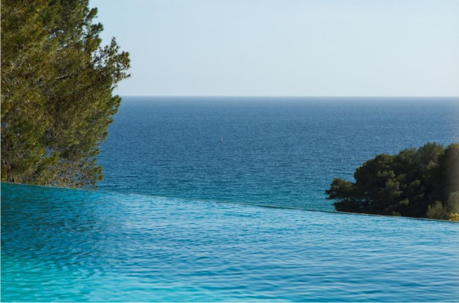 """Esplèndides vistes al mar des de la piscina """"infinity pool"""""""