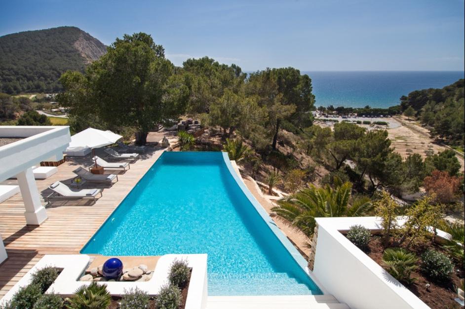 Gran piscina amb excel.lents vistes al mar