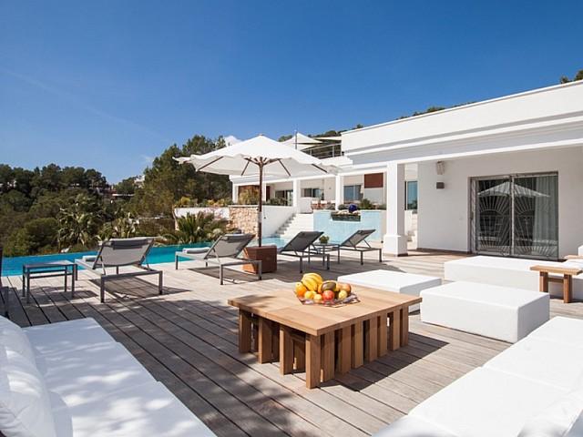 Fantástica zona de relax junto a la piscina