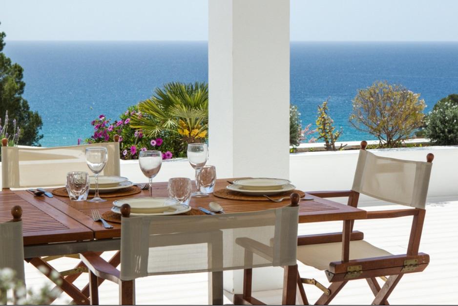 Menjador d'estiu amb meravelloses vistes al mar
