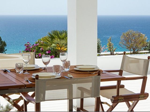 Comedor de verano con maravillosas vistas al mar