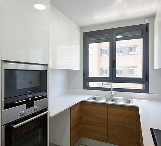 Vistas de la cocina amplia y moderna