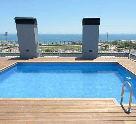 Gran terraza con la piscina comunitaria