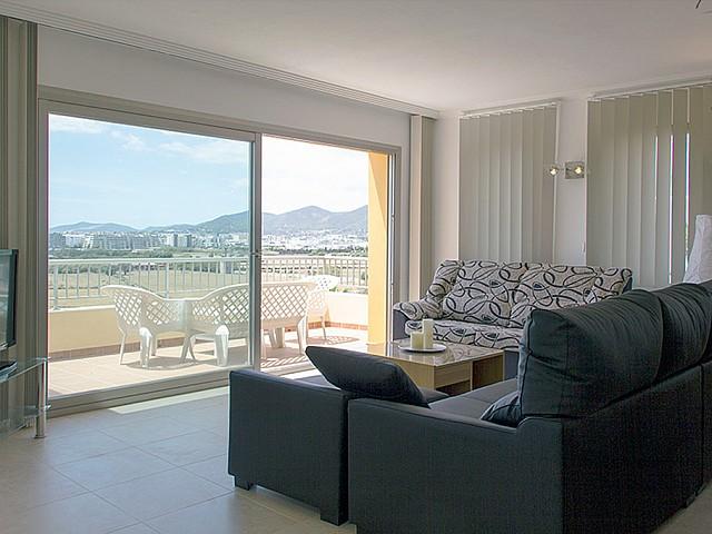 Salón amplio y luminoso con acceso a la terraza