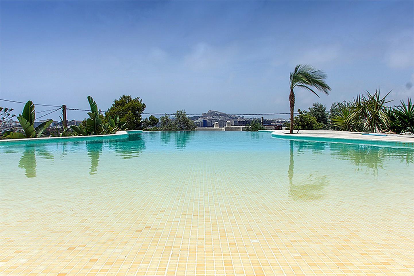 Fantàstica piscina amb molt bones vistes