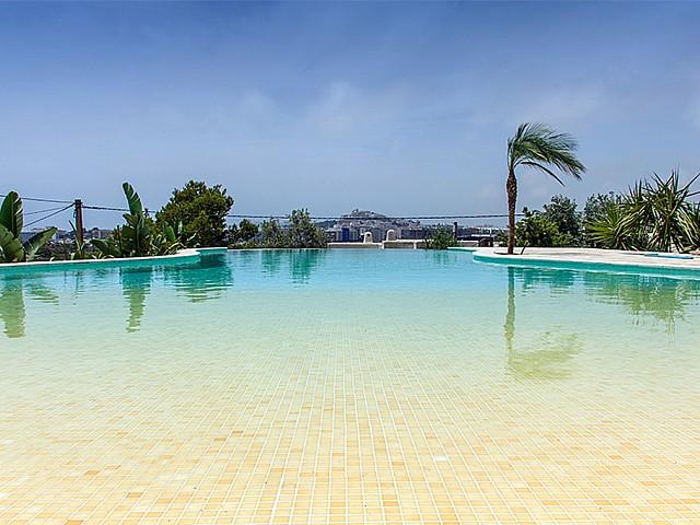 Fantástica piscina exterior con muy buenas vistas