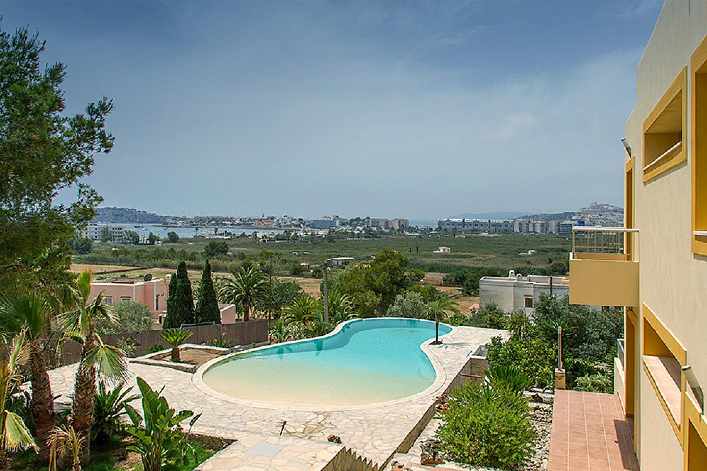 Vistas exteriores de la casa con la gran piscina