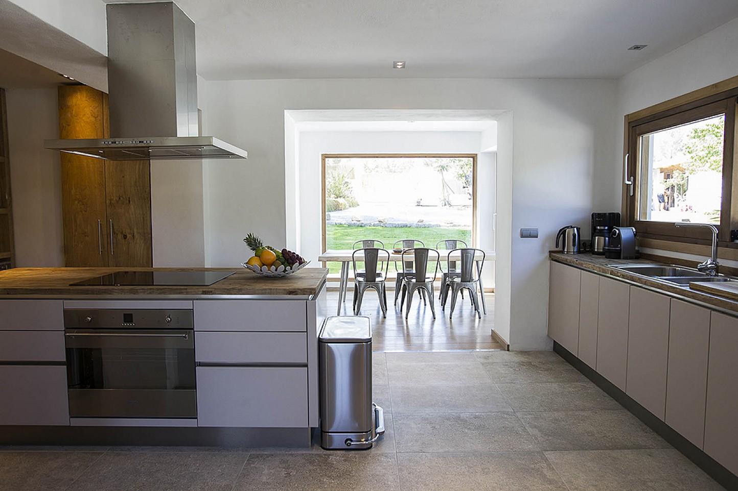 Cocina amplia, moderna, con isla central de cocción