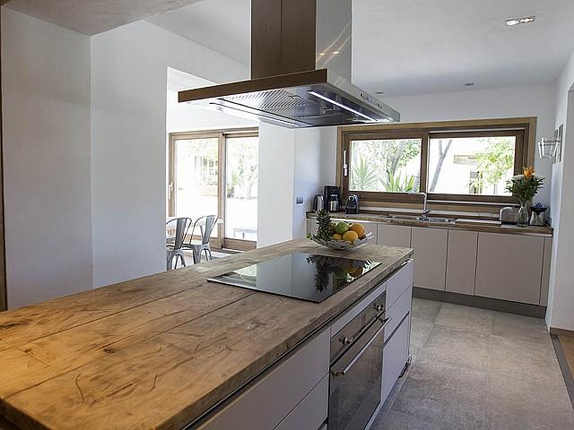 Cocina moderna con isla central de cocción