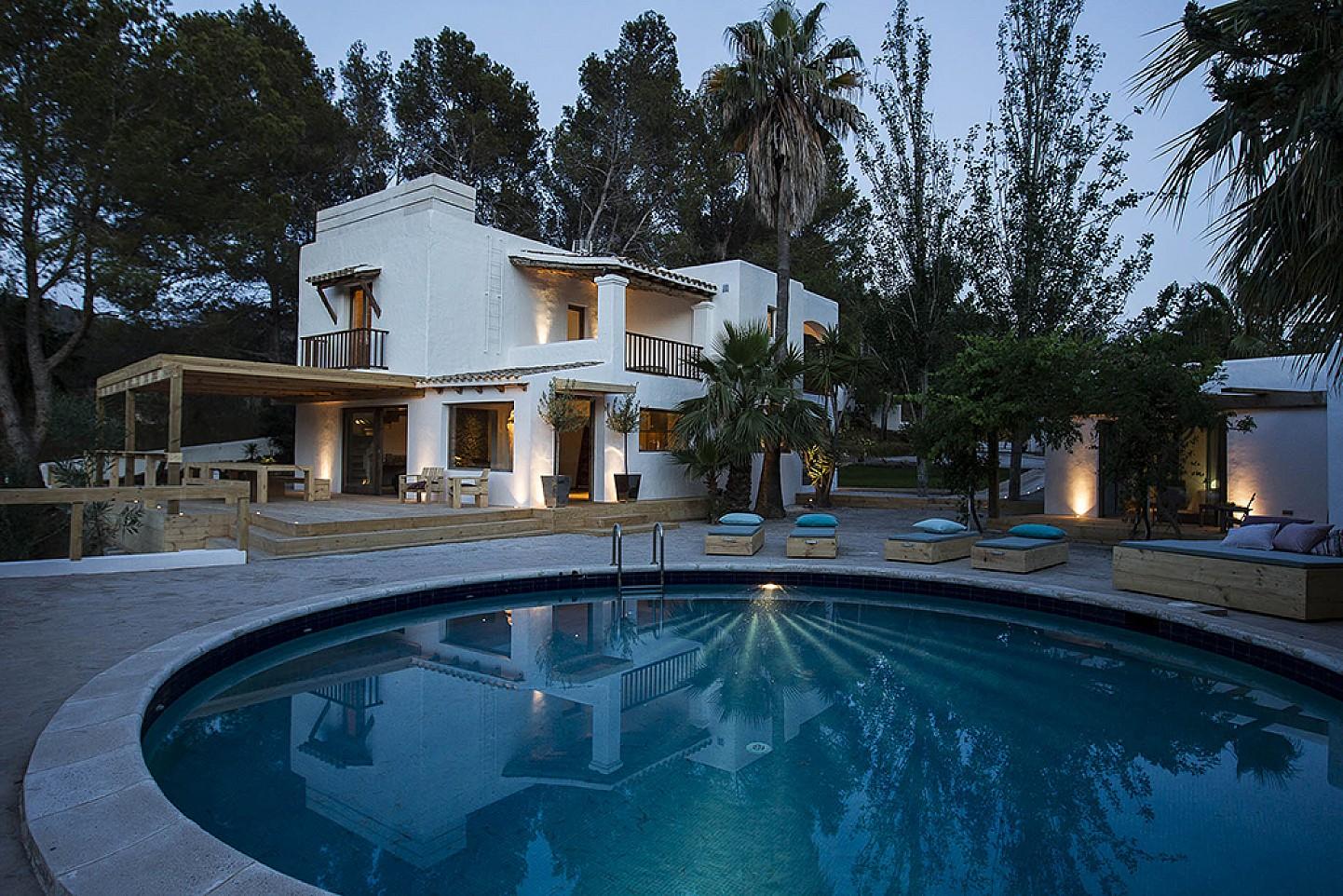 Exteriores de la villa con la gran piscina