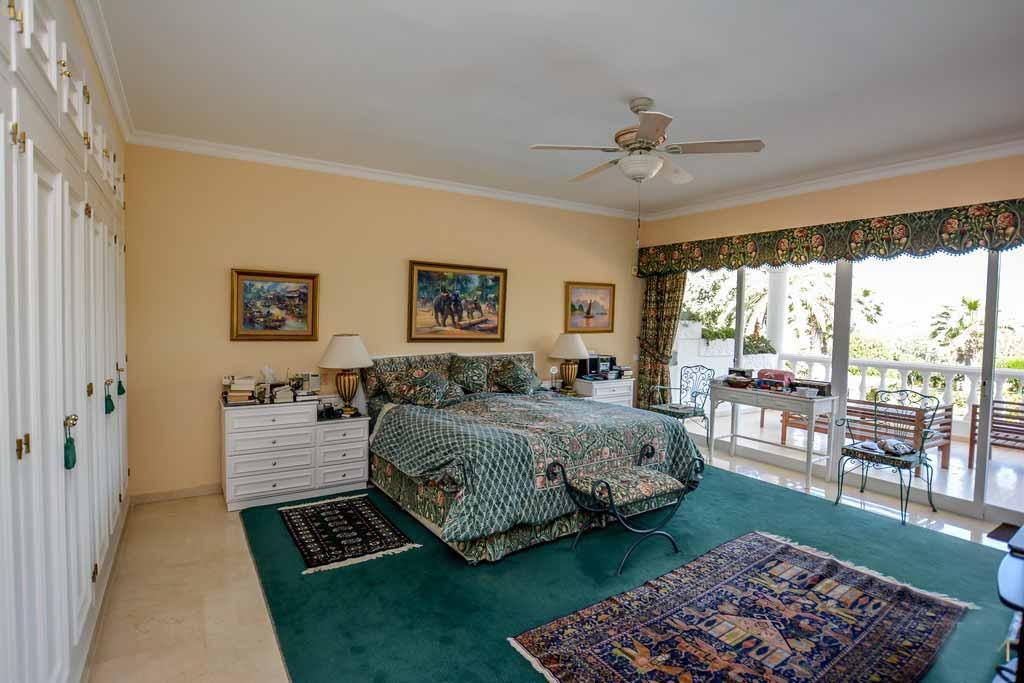Шикарная спальня виллы на продажу в Марбелье