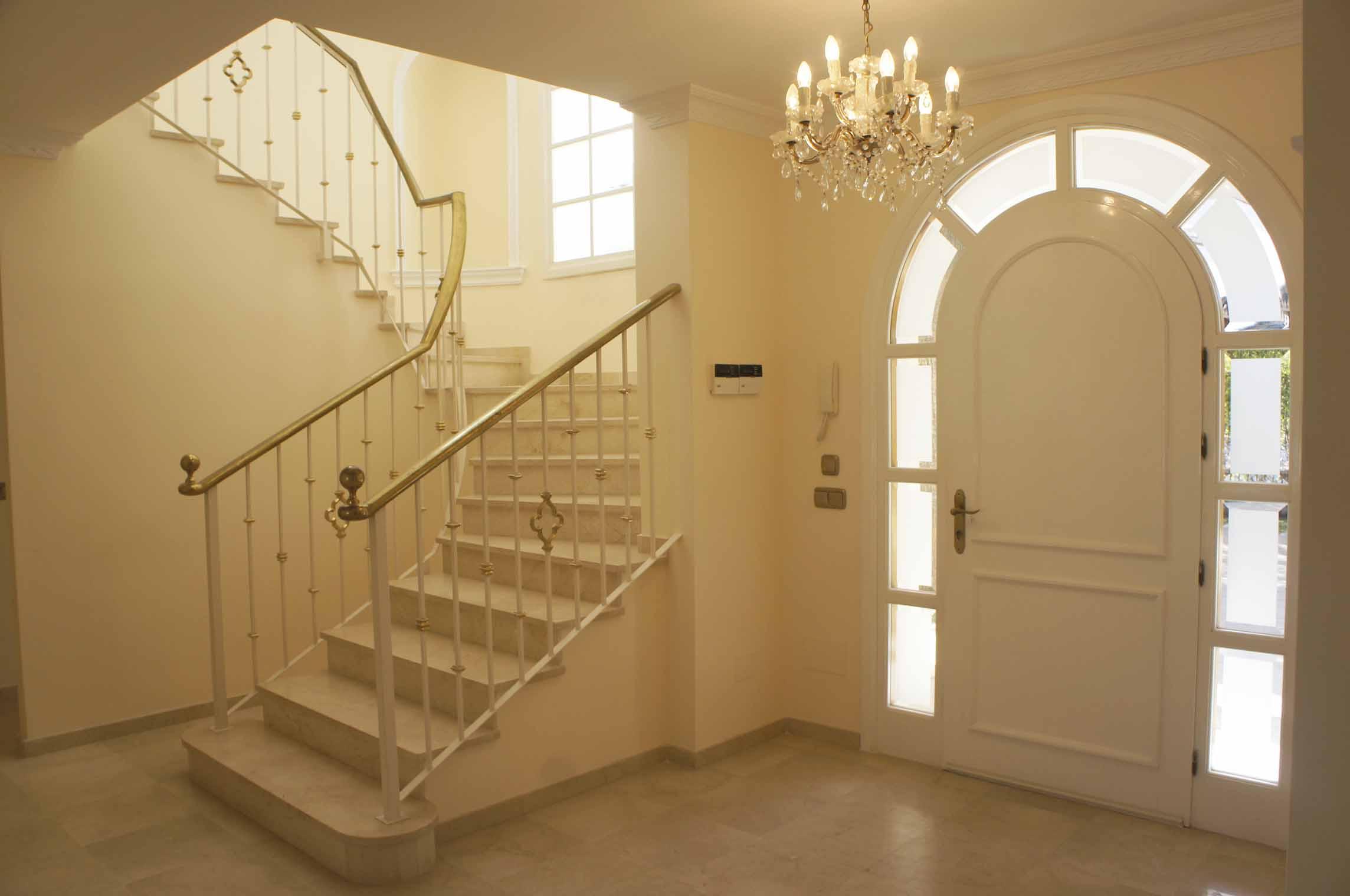 Парадная лестница виллы на продажу в Марбелья