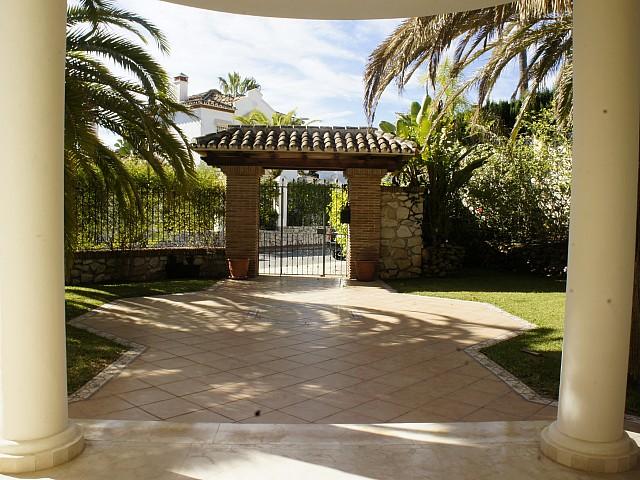 Ухоженный сад виллы на продажу в Марбелья