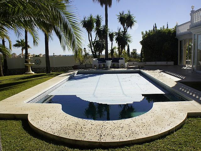 Шикарный бассейн вид виллы на продажу в Марбелья