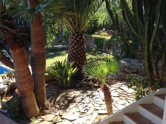 Живописный сад дома на продажу на Ибице