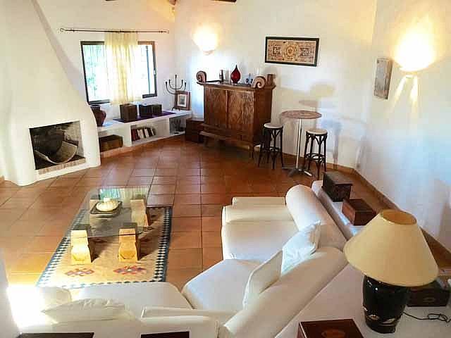 Гостиная с камином дома на продажу на Ибице