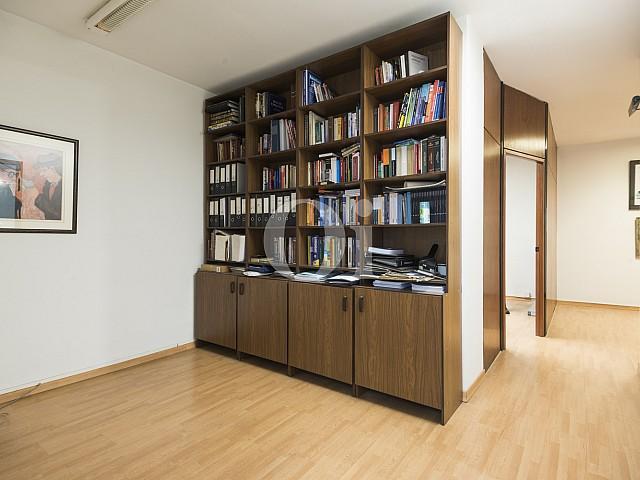 Просторный зал квартиры на продажу в Эшампле Дрета
