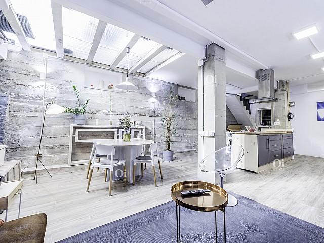 在巴塞罗那卡梅尔出售漂亮的公寓。