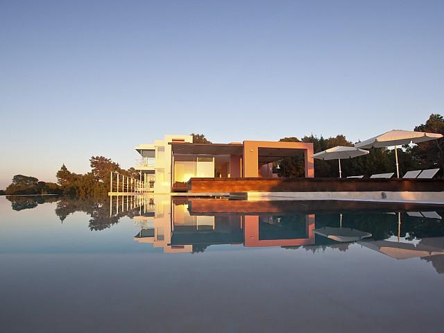 Шикарный бассейн-инфинити виллы в аренду на Ибице