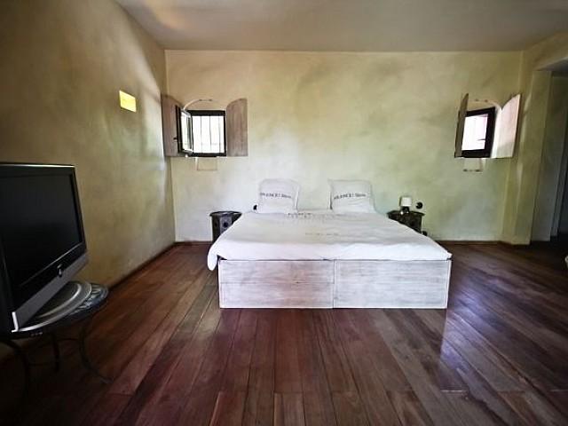 Светлая спальня виллы на продажу в Кала Жондаль