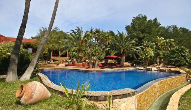 Magnífica piscina exterior rodeada de plantas autóctonas
