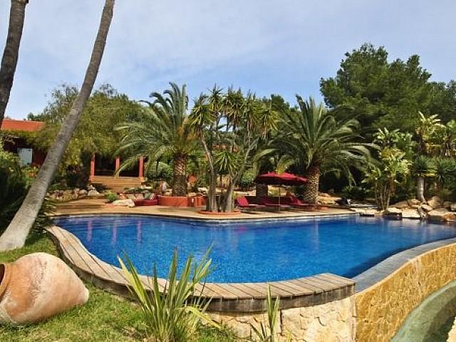 Magnífica piscina rodejada de plantes autòctones