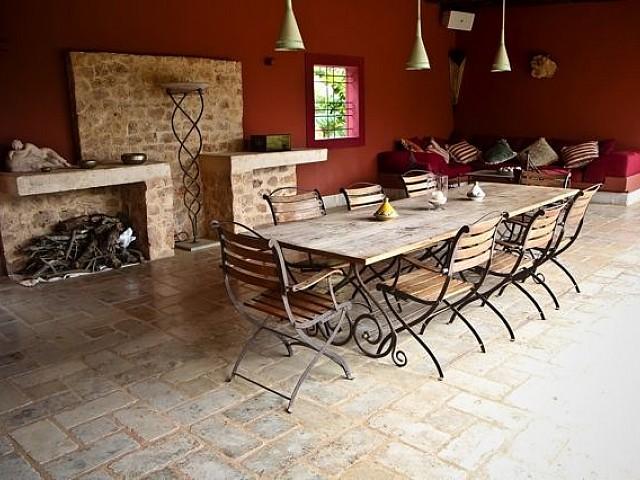 Comedor de verano junto a una cocina exterior