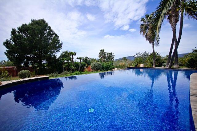 Extraordinaria piscina en el jardín