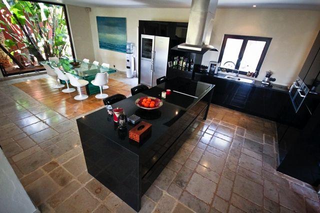 Comedor interior junto a la cocina amplia completamente equipada