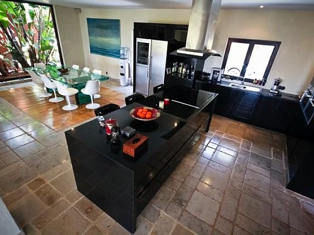 Menjador interior al costat de la cuina àmplia completament equipada