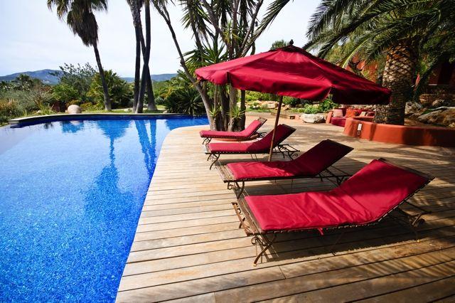 Gran piscina rodeada de bonitas hamacas