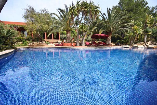 Шикарный бассейн виллы на продажу в Кала Жондаль
