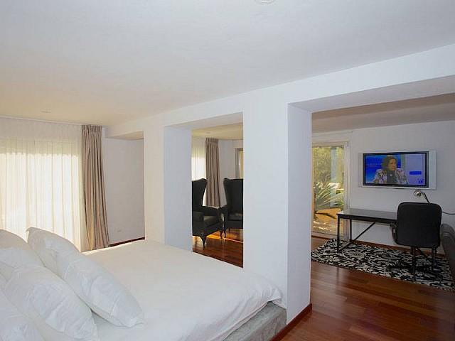 Светлая спальня виллы на продажу в Эс Салина
