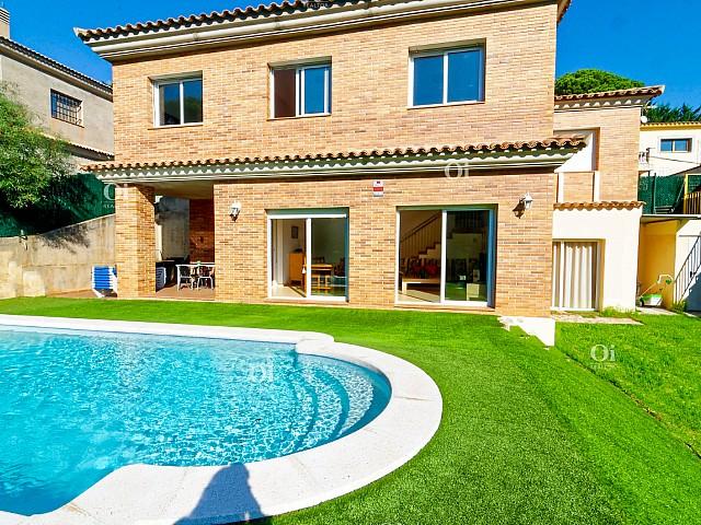 Preciosa casa amb llicència turística en urbanització Les Pinedes.