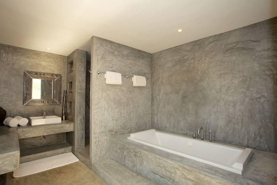 Baño completamente equipado con bañera