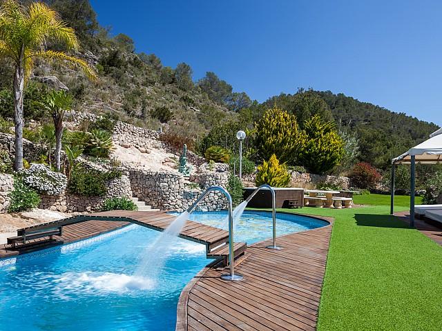 Magnífica piscina en el jardín de la casa