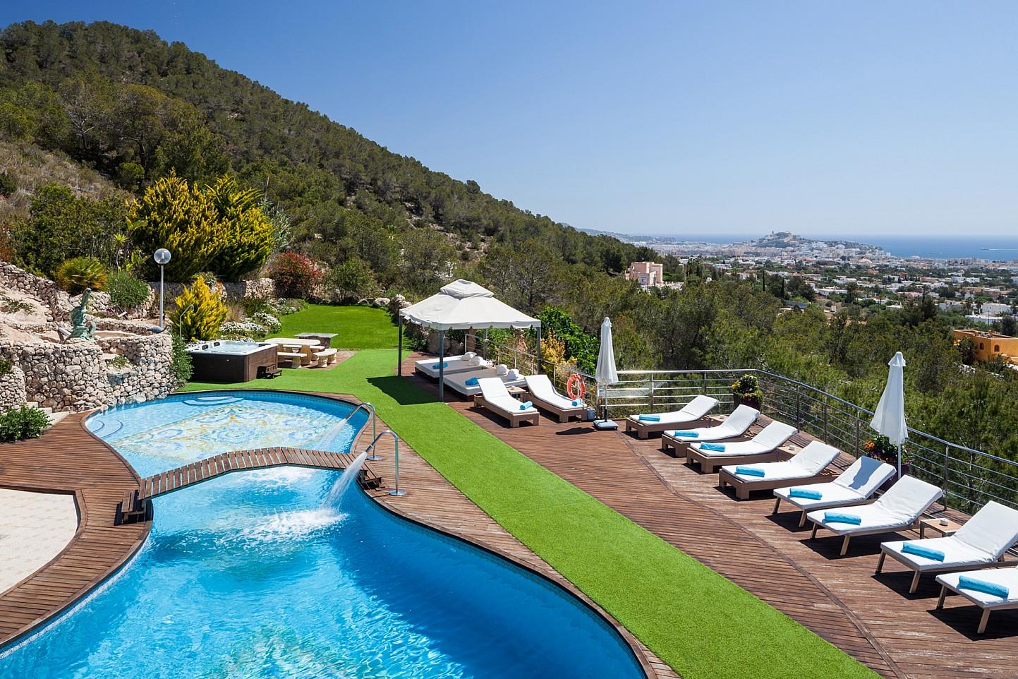 Vistas exteriores de la casa con la fantástica piscina